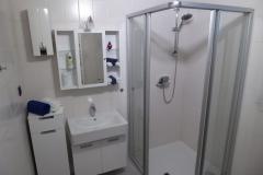 Modernes Badezimmer mit bodentiefer Dusche